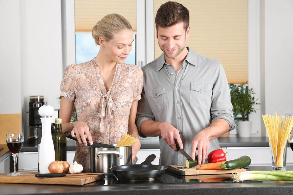 夫婦で料理している