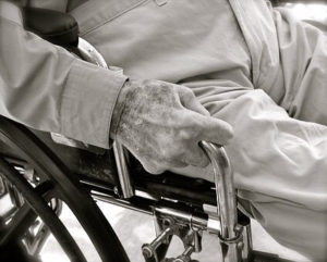 老人が車椅子に座っている