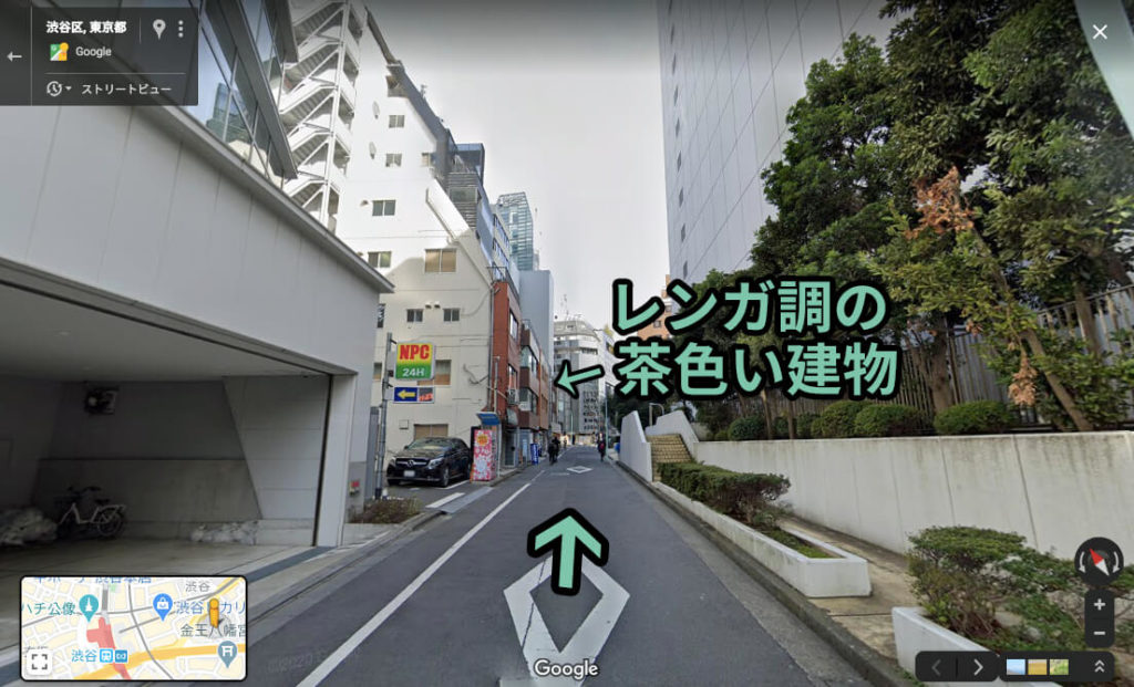 しばらく進むと、レンガ調の茶色い建物が並んでるのが見えてくる